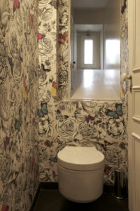 sanitaires et papiers peint