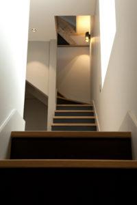 Escalier sur mesure menant aux combles
